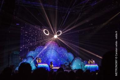 Crédits Photos : Carsten Wilde - Wilde.fr/http://rocknconcert.com/2014/batteur-de-mesure-metronomy-au-concert-a-paris-zenith/#more-9264
